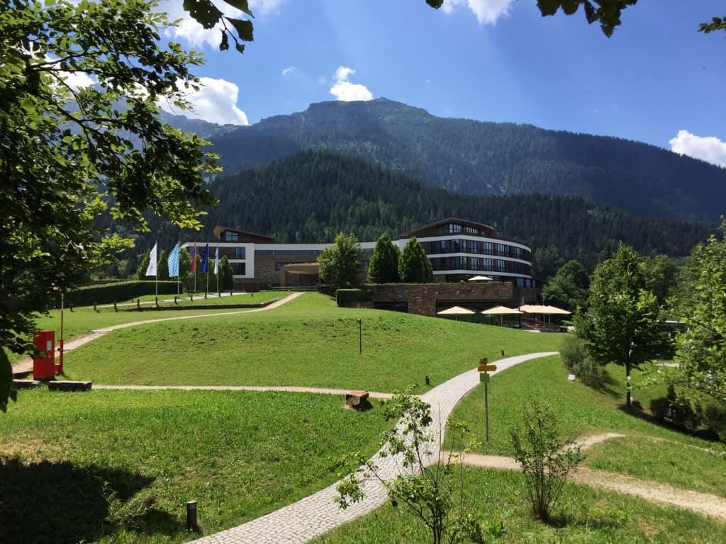 hoch oben in freier Natur thront das Interconti Berchtesgaden