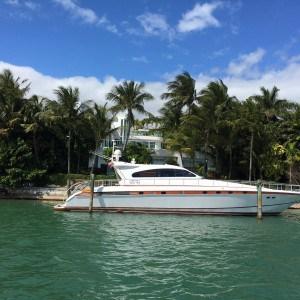 Promi Bude mit kleiner Yacht vor Miami