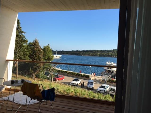 Blick aus dem Zimmer des D Resorts auf den Yachthafen