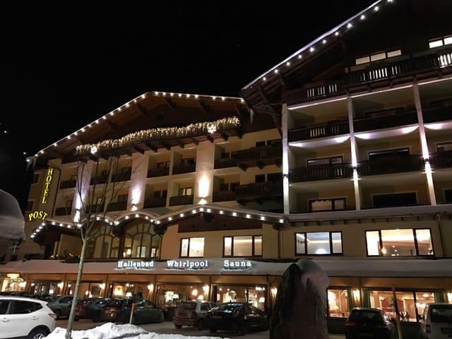 Hotel Post am See bei Nacht