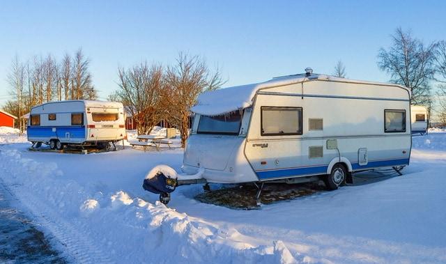 Abstellplatz gesucht: Wohin mit Caravan und Wohnmobil im Winter?